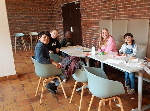 INNSATS FOR ANDRE: Barna på språkkafeen gjorde aktiviteter sammen med elever fra valgfaget «Innsats for andre».