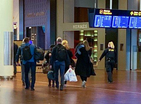 PÅ VEI HJEM: Her er den terrorsiktede kvinnen på vei hjem til Norge via Kastrup lufthavn i København, eskortert av politifolk og representanter for norske myndigheter.