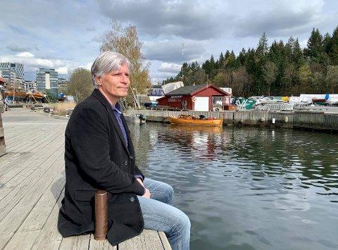 IDYLL: Ola Elvestuen nyter idyllen ved Hoffselvas utløp og vil tilbakeføre området. Han vil unngå høyhus som Orklabygget bakerst til venstre.