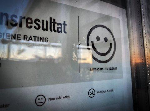 SMIL: Alle spisesteder ønsker å henge opp smilefjes ved inngangsdøra etter at Mattilsynet har vært på kontroll.
