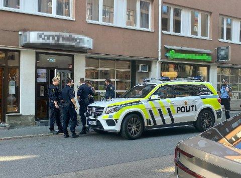 VOLDSEPISODE: Politiet er til stede med flere politipatruljer på den aktuelle adressen.