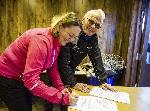 SIGNERT: – Knarvikmila er avhengige av kommunen, og kommunen er avhengige av Knarvikmila på ulikt vis, seier mangeårig milgeneral Helge Brekke. Tirsdag signerte han ein ny samarbeidsavtale saman med ordførar Astrid Aarhus Byrknes.