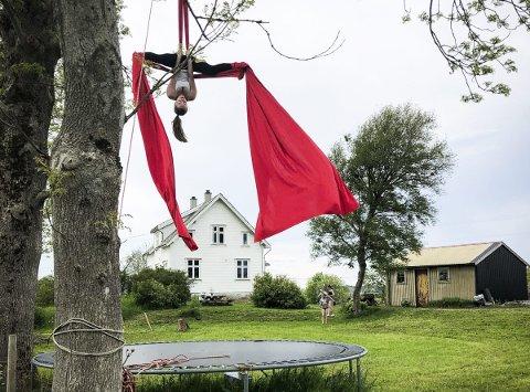 TISSUE: Ragna driv ein form for luftakrobatikk som kallast tissue. Ho øver over trampolina heime på Toska.