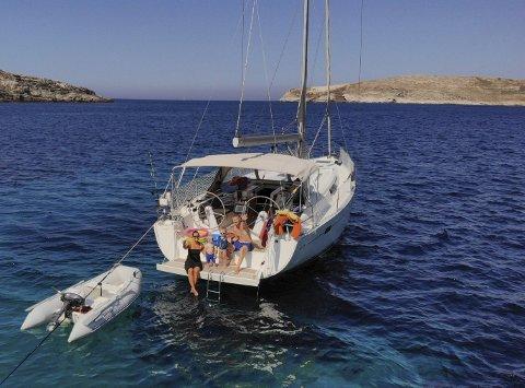 Idyllisk: Trond Bratland Erichsen har sammen med samboeren Karoline Fure og barna Birk og Bjørn reist rundt på seilbåt de siste månedene. Det har gitt mange uforglemmelige minner. Her ligger de ankret opp med båten S/Y Timeout utenfor øya Serifos.
