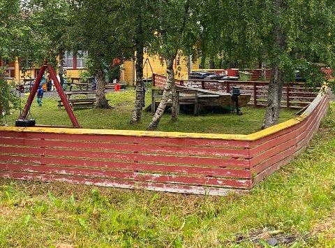 Ikke rømningssikker: Barnehagen i Leinesfjord er ikke rømningssikker for tiden på grunn av svakheter ved gjerdet. Det vil det bli gjort noe med på ettersommeren.