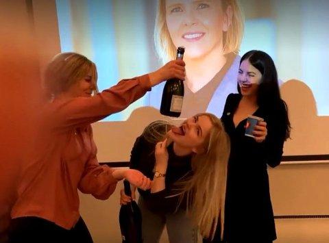 Champagnespruten sto til værs da Sylvi Listhaug ble valgt til ny leder av Fremskrittspartiet lørdag. Valget gleder Frp-profil i Nordland Kassandra Petsa (26) og kollegene. Foto: Privat