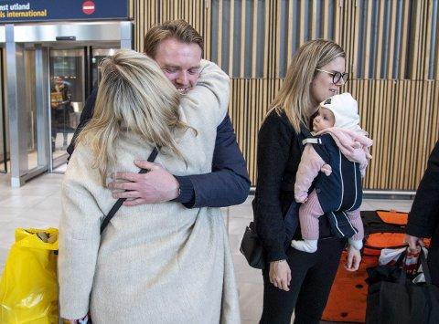ET ÅR SIDEN sist: Vigdis Herland får seg en herlig klem fra sønnen Fredrik (34), t.h. Kirstine (30) og lille Ingrid (8 md...).