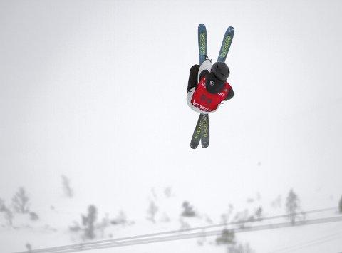 SPEKTAKULÆRT: Selv om været var dårlig, la det ingen demper på iveren hos utøverne. Her er det Lars André Geitle Nestås fra Voss Freestyleklubb som viser frem sine triks i tåken øverst i Bavallen.  FOTO: Bernt-Erik Haaland