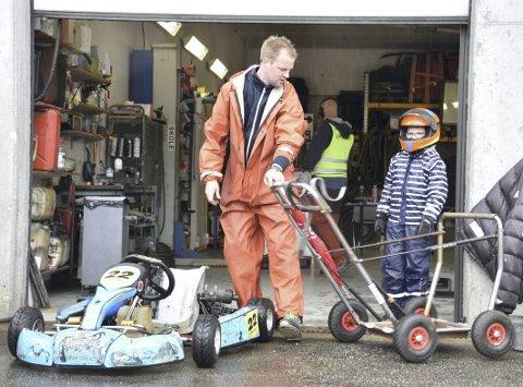 Pappa Christian Bakkerud må gjøre mye av det praktiske når sønnen Magnus Bakkerud kjører løp.