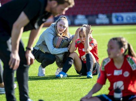 Rikke Nygard (19) er kalt inn på A-landslaget, men  stortalentet har opplevd nedtur på nedtur i klubblaget. Her sitter hun knust på gresset etter tapet for Avaldsnes lørdag.