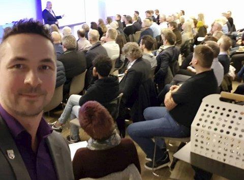 Stordabuen Thor Hermansen tok en selfie under et Lyconet-møte i Bergen i 2018. På dette tidspunktet hadde Lotteritilsynet varslet stans i påvente av et endelig vedtak.