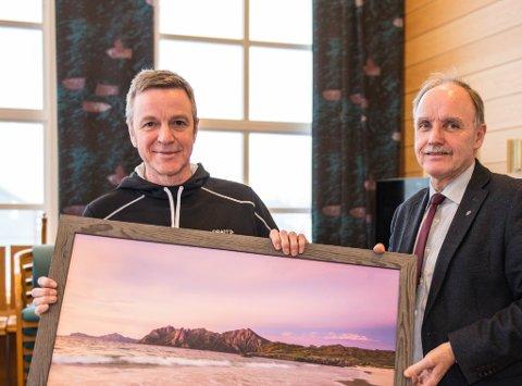 Heder til kommunalt ansatte i Bø,  Anders Johnsen, ordfører Sture Pedersen