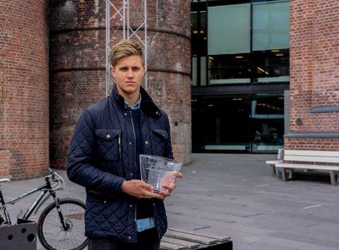 SUVERNIR: Hermann Gabriel Ranneberg Vildalen bytter til DHK, men kan ta med seg pokalen for årets spiller i SHK som en suvernir.