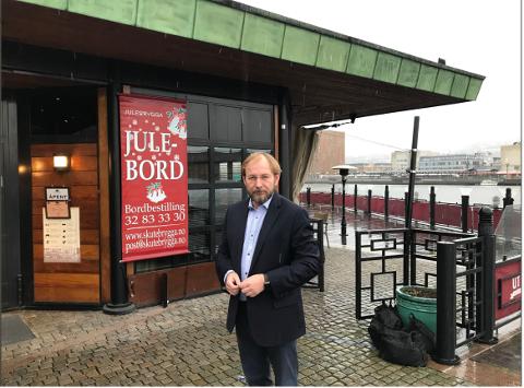 LIKER IKKE UTVIKLINGEN: Rune Kjølstad tror på en sakte død for utelivsbransjen hvis ikke det blir gjort endringer. Her utenfor Skutebrygga.