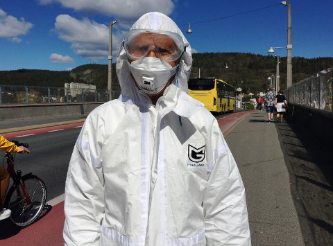 Sam Jamil Faili (87) bruker smitteverndrakt for å unngå smitte og lørdag gikk han rundt i byen som vanlig.