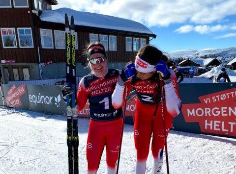 GLEDESTÅRER: Kristine Stavås Skistad får trøst av Julie Myhre etter rennet.