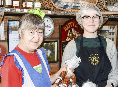 GODIS: Oddveig Moen og Anneli Pynttari med mye søtyt og godt i flotte kremmerhus.
