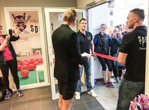 Ordførar Bengt Solheim-Olsen møtte i sporty stil til opninga. Eigar Kent Roger Engdal og dagleg leiar og eigar Geir Arne Nilssen held den raude snora.