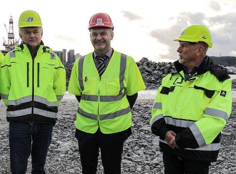 Basen: Her er Jim Haugland i Fjord Base, ordførar Ola Teigen og konserndirektør Geir Johannessen i INC-gruppen på det nye baseområdet då baseutvidinga starta. Teigen har tru på stor baseaktivitet i 2019. Foto: David E. Antonsen