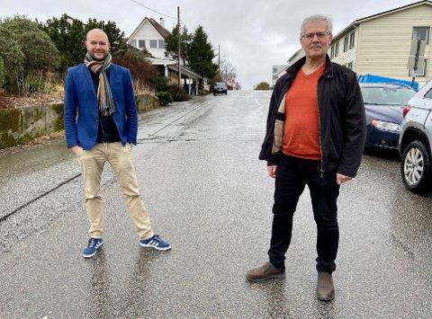 BER OM HJELP: Torgeir Halvorsen og Otto Søvig ber om hjelp til å finne igjen det gamle emblemet til Florø Hornmusikk. Kan du hjelpe?