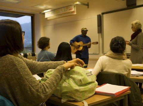 Lærar Aud Marit Hestvik  syner elevane i introklassen på Norsksenteret i Førde at det er fleire måtar å lære nye språk. Her spelar klassen gitar og syng sangar på både norsk og arabisk.