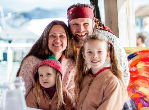 Aune Sand og Marianne Aulie med døtrene Ava (t.v.)og Aella, som til dagleg går under kjælenamna Lillegull og Lillemor.