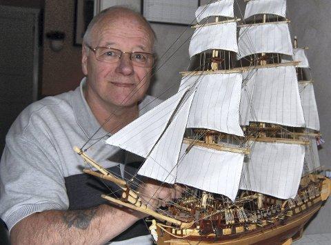 Entusiast: Modellbygging av skip er den store hobbyen til Pensjonistpartiets listetopp i Fredrikstad, Erik Simens Larsen. Innenfor politikken brenner han også for det maritime, og ønsker en enda større satsing på byfergene.Arkivfoto: Anne-Gro Sæther