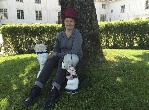 Sønnavind: Modist Anne-Kathrine Amundsen skal i sommer ha utstillingen «En hatt med slør og silketråd» på Elingaard.Alle Foto: Randi Kristoffersen
