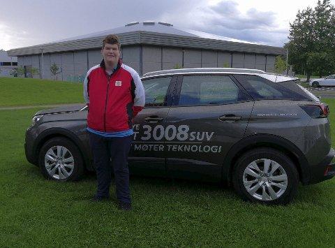Slo til: Kristoffer Hustad (15) ble best golfer i FB Open. Her med førstepremien: Fri bruk av denne bilen i en måned. En premie han ikke var gammel nok til å bruke selv!foto: gfgk.no