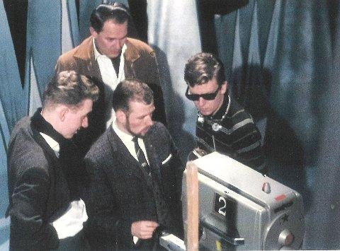 Marienlyst, 1961. Jan A. Vatn (iført slips) står nærmest kamera. Mannen i solbriller er Harald Heide-Steen jr, som den gang jobbet som inspisient i NRK Fjernsynet. Bakerst står Erik Diesen, kjent programleder i NRK TVs barndom.