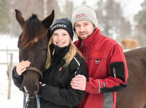SOLSKINNSHISTORIE: Karianne Hasselgård (26) og Einar Sande (35) fant hverandre på gården - bokstavelig talt. Sammen har de fått fram Hassel Linda, som er en potensiell Derby-hest over sommeren.