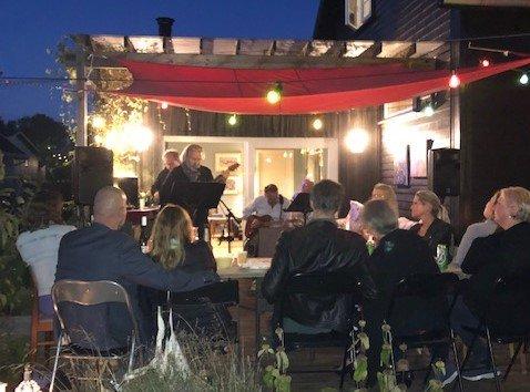 GOD STEMNING: En gang i året har familien Jensen på Ekholt en fest hvor de inviterer venner. I år var det live-musikk med Finn Jensen selv i spissen.