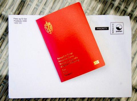 Pass og ID-kort sendes i tydelig merket konvolutt med vanlig post. Nå vurderer politidirektoratet å endre merkingen.