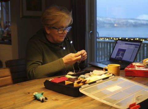Dokkehus: Anita Remman (56) har lagt ned mange timer i hobbyen sin. Slik sitter hun og strikker klær til dokkene sine. Remman bruker datamaskinen mye. På Facebook deler hun bilder i egne dokkehus-grupper og på internett bestiller hun materiale for å utøve hobbyen sin.