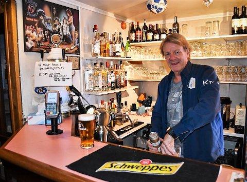 ØL OG FOTBALL: Jan Johansen og kollegene hadde et bra, men ikke topp fjorår. I år har koronaen skapt vanskeligheter, men snart kommer Leeds på TV. Det kan gi positiv effekt for Kroa, tror bartender og aksjonær Jan Johansen.