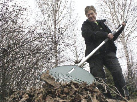 Gartner Torun Meli raker vekk dødt løv.
