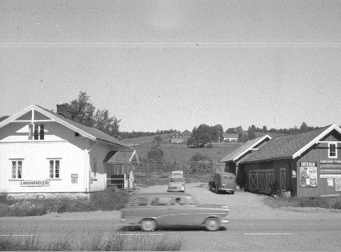 1 Ny vei: I begynnelsen av 60-tallet ble veien forbi landhandleriet utbedret og asfaltert. 2 Gründere: Anna og Karl Ingvald Sann på tunet på Grønnerud der de startet den første butikken i 1910 .3 Karl Ingvald bak rattet i sin Overland 1913-modell. 4 Nyåpning: I 1964 ble butikken på Øiset modernisert og ble en av distriktets aller første sjølbetjeningsbutikk. Her er Stein sammen med mamma Tordis og pappa Bjarne. 5 Skrev på bok: Stein Sann med boka der kundene skrev opp varene de hadde handlet, noe som var vanlig før i tiden. 6. Framskrittet innhenter Øiset: Statens vegvesen tar en stor jafs av hagen til Sann. Farfar Karl Ingvald sitter på en benk i hagen og følger med på utviklingen. 7. Utvidelse: I 1964 utvidet Sann butikken og bygde samtidig en rampe mot Rv2.
