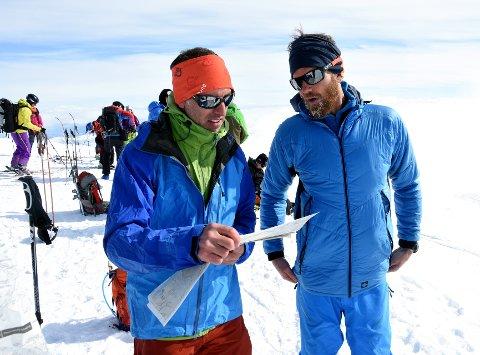 Johan Wildhagen og Christian Edelstam diskuterer linjevalget på toppen av Glittertinden.