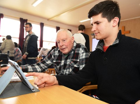 På nett: Arve Lie fra Skjåk og Dino Talakic, IKT elev på Otta, fordyper seg i nettbrettets hemmeligheter på Frivillighetssentralen på Otta. Sentralen har i flere år «koblet» to generasjoner for å drive dataopplæring. Alle foto: Einar Almehagen