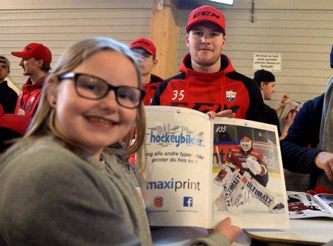 Hanna Berntsen Skjellerudsveen skaffet seg autografen til målvakt Oliver Dackell.
