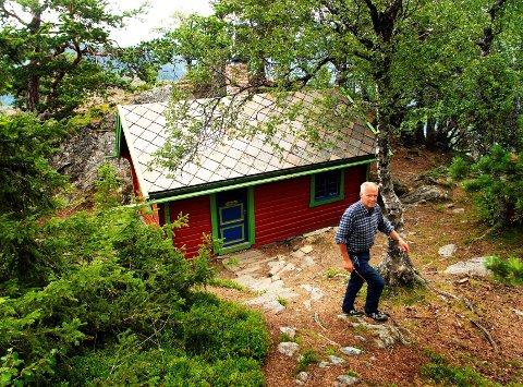 Sameti på Thokampen er åpen for alle. Her er Dag Haugaløkken fra Otta, som Marcello var grandonkel til, med GD på omvisning i 2010. Nå skal hytta restaureres.