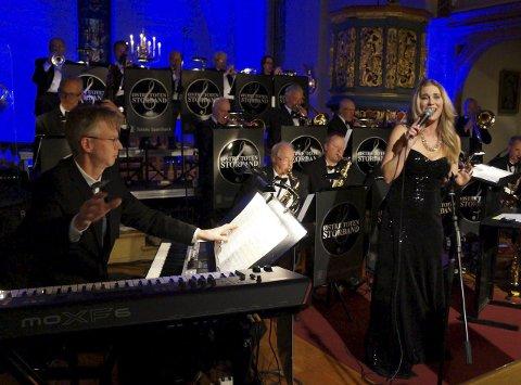 STRÅLTE MED STORBAND: Eli Kristin Hanssveen og Østre Toten Storband er som skapt for hverandre og leverte en flott konsert i Tingelstad kirke.