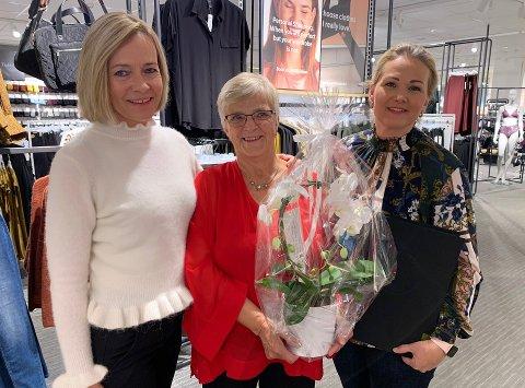 FORBILDE: Senterleder ved Kuben Anne Trine Høibakk tror Eva Gjerdrum har vært lenge i samme butikk blant annet på grunn av god ledelse fra Merethe Johansen.