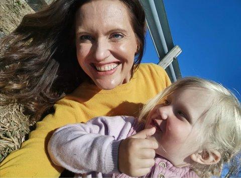 GLEDE: Gunda Marie Bruce prøver å fylle dagene med glede sammen med datteren Jenny Adele.