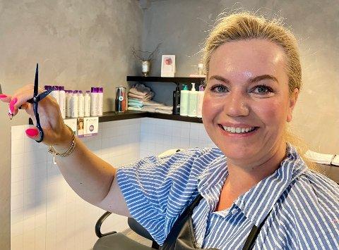 TRIVES: Christin Sommerstad har opplevd mye i løpet av 25 år som frisør. En gang gikk det galt.