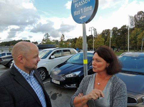 PARKERING: Britt Brattli og Stian Sandbukt-Simonsen fortalte om de nye reglene for parkering ved Tista senter tidligere i 2016.