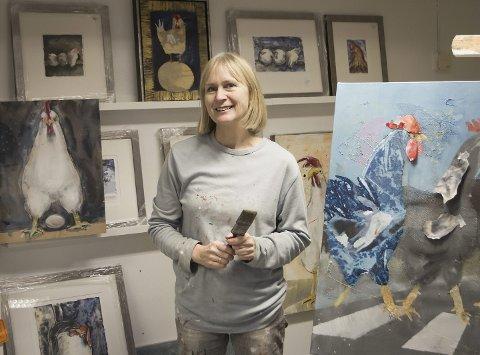STILLER UT: Tove S. Holmøy har gitt høner liv på lerretet, og nå stiller hun ut i Hamar. foto: Espen Winther