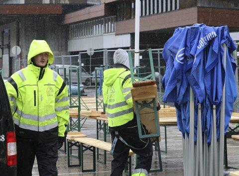 JOBBET I REGNET: Dag Olav Seim og Magnus Schmidt var to av seks i Odda By Crew som bidro til den gode feststemningen ved kaien da NRK-båten MS Sjøkrus la til kai tidligere i sommer. I løpet av de siste månedene har de også vært med på å gjennomføre en rekke tiltak for å forskjønne kommunen.