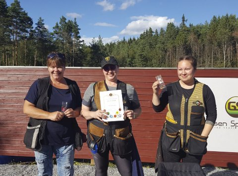 Gullvinnar: Izabela Prestegård (i midten) saman med dei andre medaljevinnarane på sigerspallen. OL-trap er ei form for leirdueskyting.