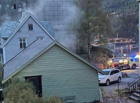 Naudetatane rykte ut til brann i eit hus torsdag kveld. Brannvesenet melde då om opne flammar frå kjellaren.
